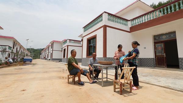 7月3日,贵州省玉屏侗族自治县田坪镇彰寨村土星寨组村民在搬迁的新