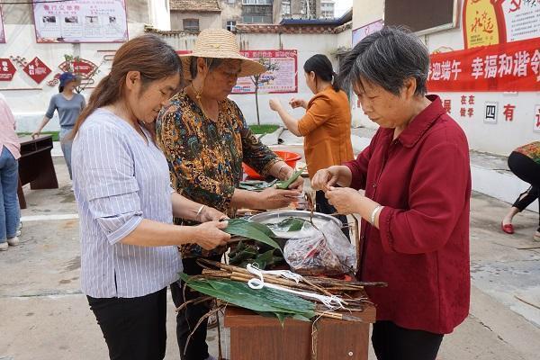 湖北襄阳黄龙举办端午节包粽子比赛 ()